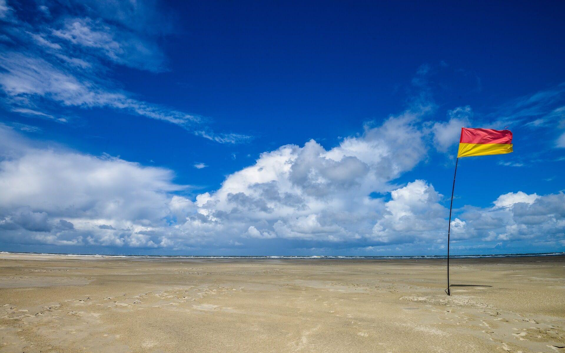 Strand und Flaggen