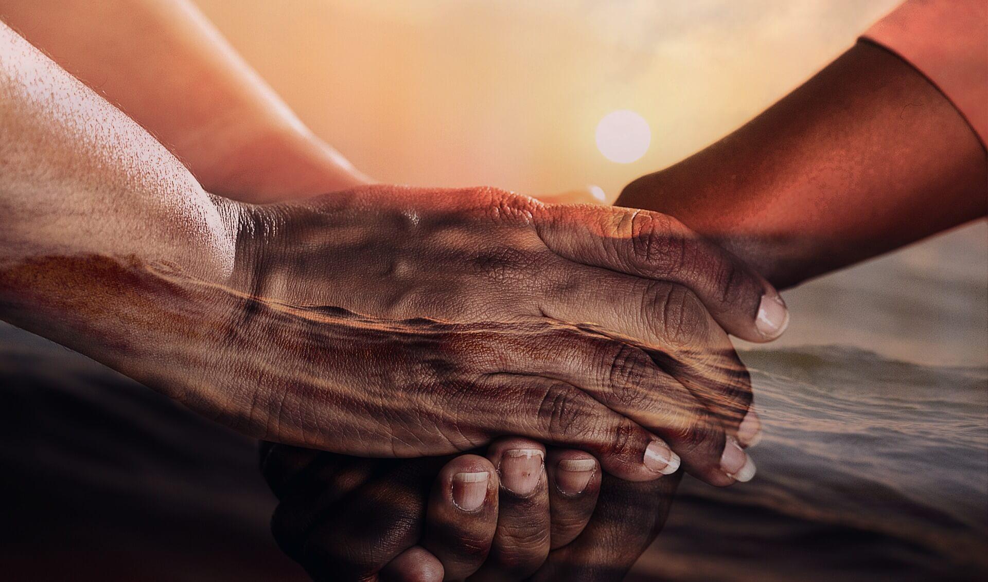 Christen nehmen Anteil. Symbolbild: Hände ineinandergehalten. Bild von cocoparisienne auf Pixabay