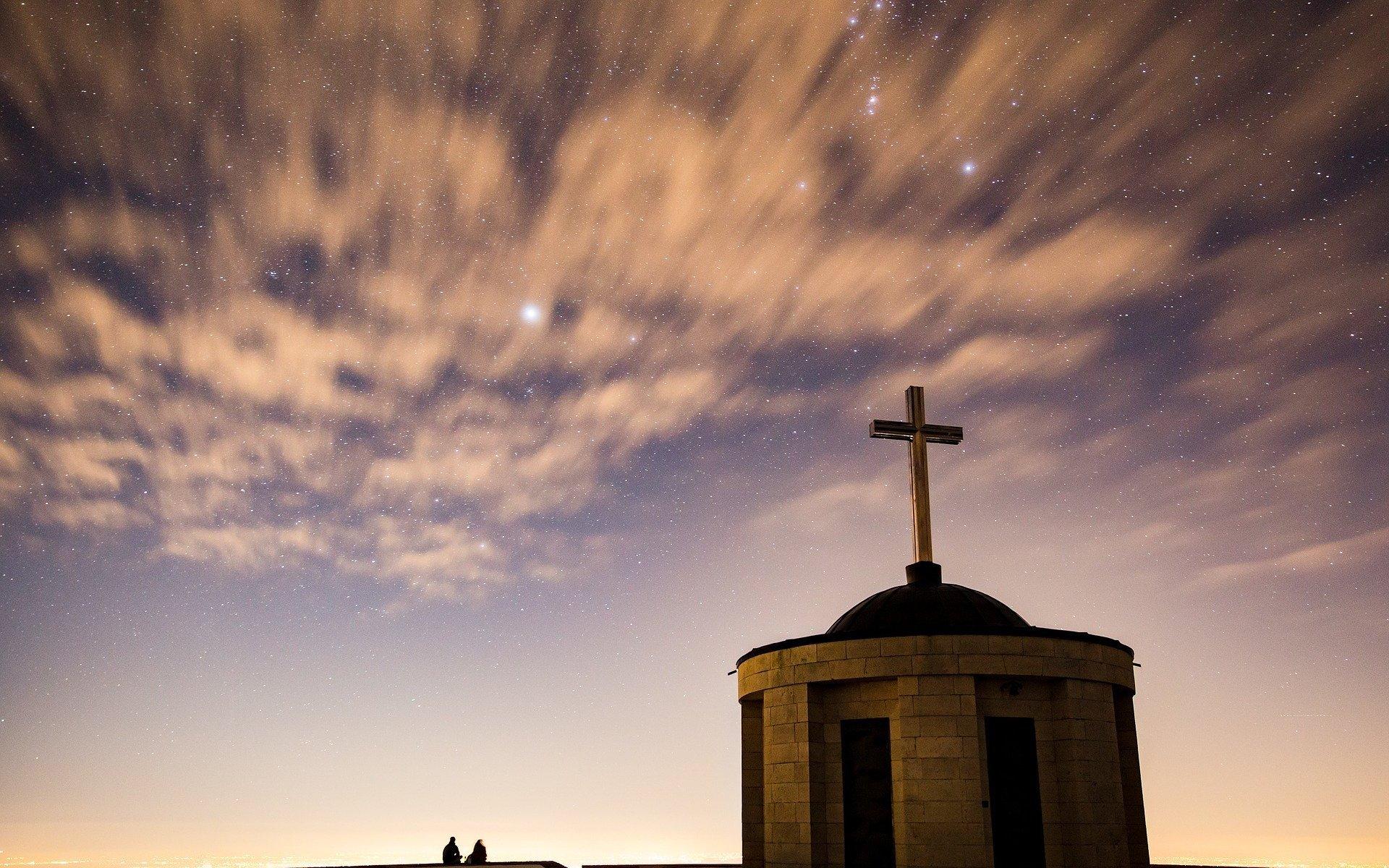 Sternenhimmel über Kirche. Symbol für Gottes Wille