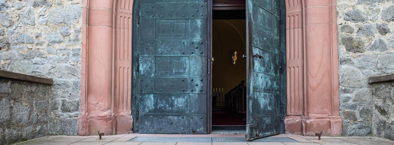 Eingang katholische Kirche Mariae Himmelfahrt Zwingenberg