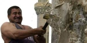 Kadhim Sharif Hassan heykeli yıkıyor