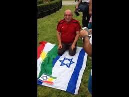 İsrail bayrağı üzerinde namaz