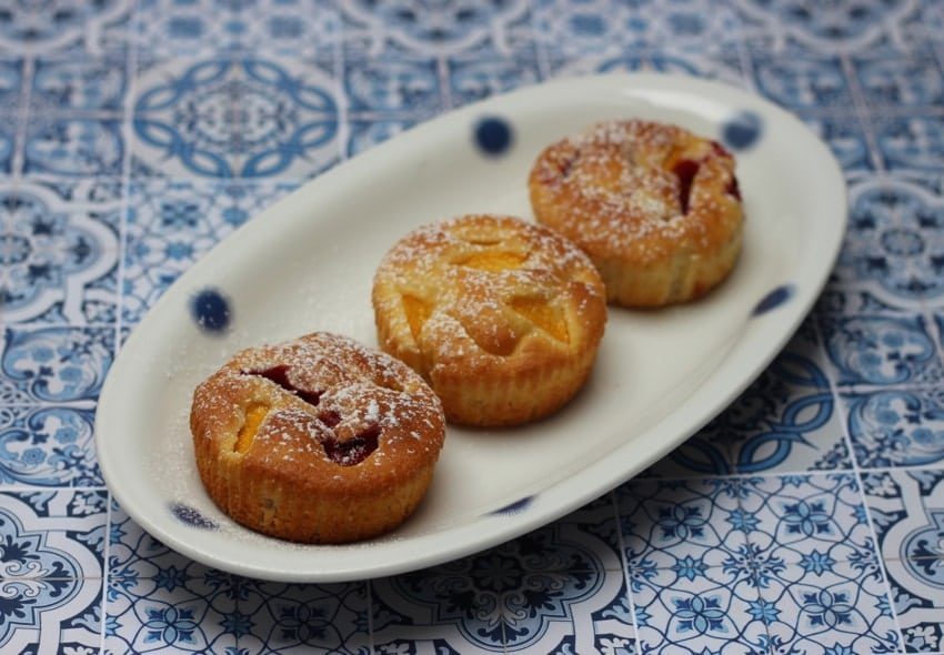 Kleine Kuchen mit Nektarine und Erdbeeren