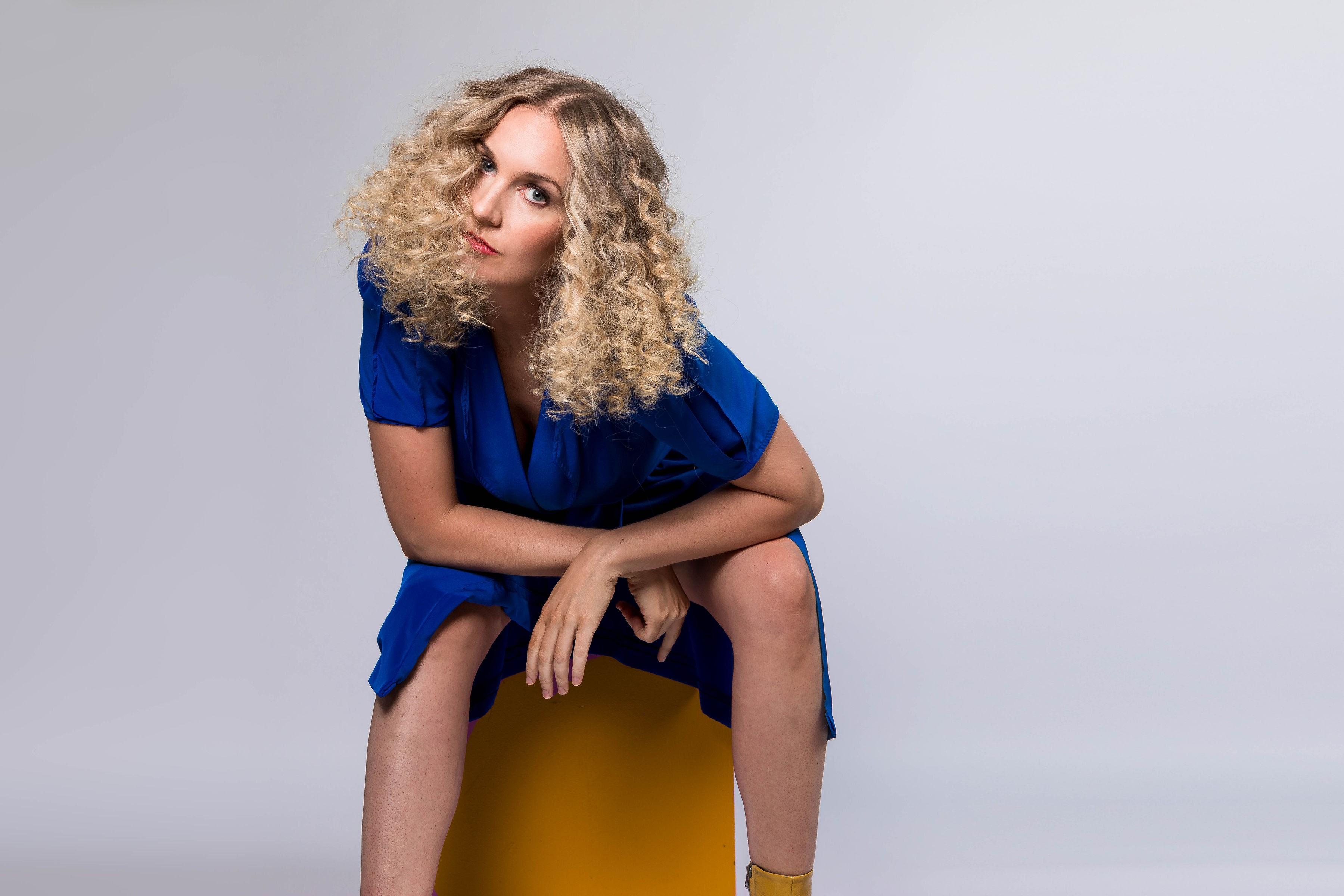 "Julie Neff se liberta em ""Over It"", seu segundo EP"