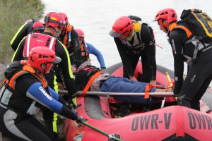 Einsatzübung mit Raft-Boot: Transport einer bewusstlosen Person
