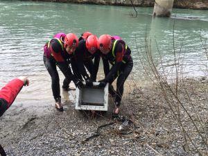 3 Wildwasserretter bergen einen Tresor (Symbolfoto)
