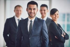 equipo-de-negocios-seguro-con-el-lider_1098-3228