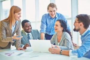 ejecutivos-bromeando-y-riendo-en-la-oficina_1098-1834
