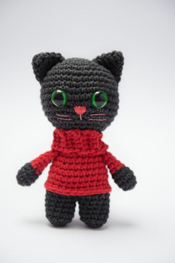 maskotka kot pluszak George czerwony sweter