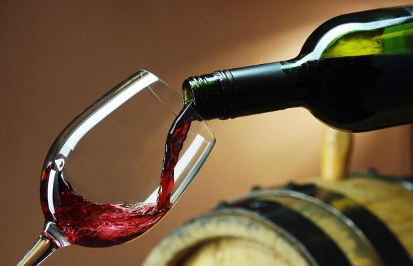 toarnă vin in pahar