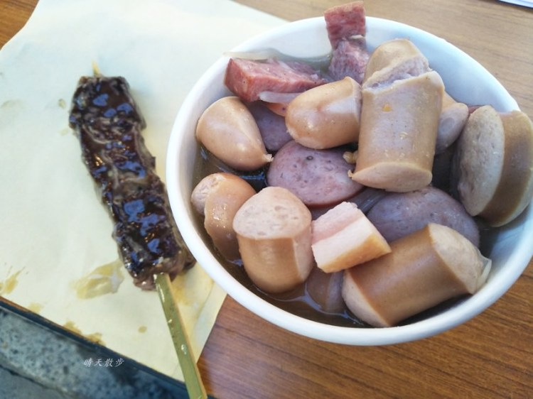 東京谷中銀座商店街美食~肉舖子的烤牛肉串、豬肉腸湯 讓人聞香而來 寒風中站著吃也甘願