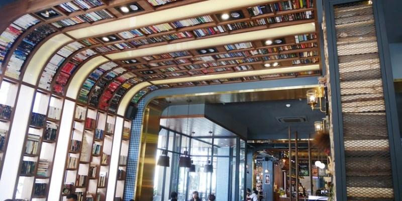 南屯下午茶|卡啡那大墩店~香書、咖啡香、麵包香 從牆面到天花板都是書 假日一位難求