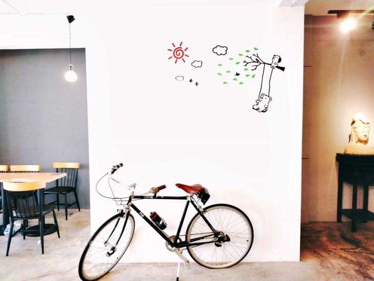 20210415154123 3 - 特色超商|全家便利商店台中新美村店~二樓有咖啡館風格的休憩區