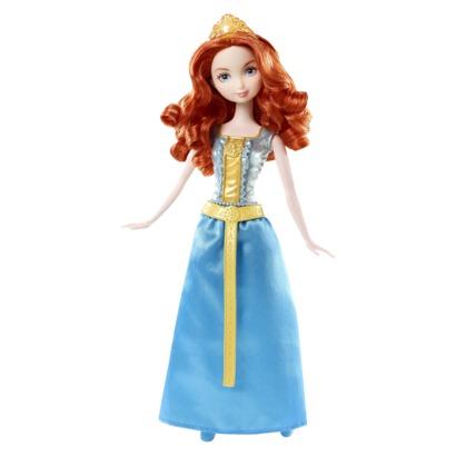 Eine dünne weiße Puppe mit langen roten Haaren, einem blau-goldenem bodenlangen Kleid und einer goldenen Krone im Haar.