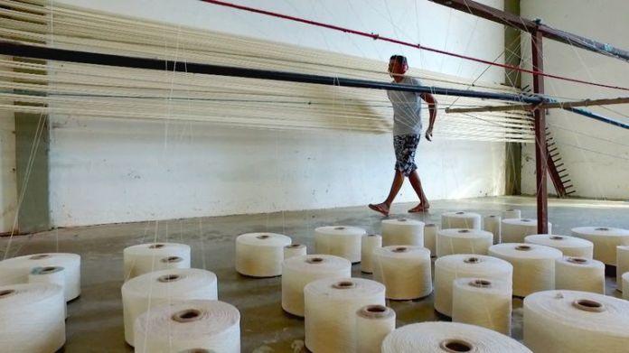 Produção de rede em uma fábrica em Eusébio, região metropolitana de Fotaleza.