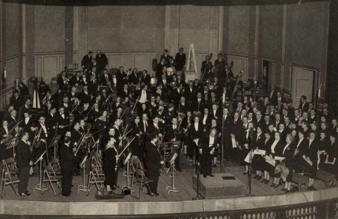 Villa-Lobos em Paris, na apresentação de 'Descobrimento do Brasil', com a Orquestra Nacional e o Coro da Radiodifusão Francesa. Imagem de 28 de fevereiro de 1952.