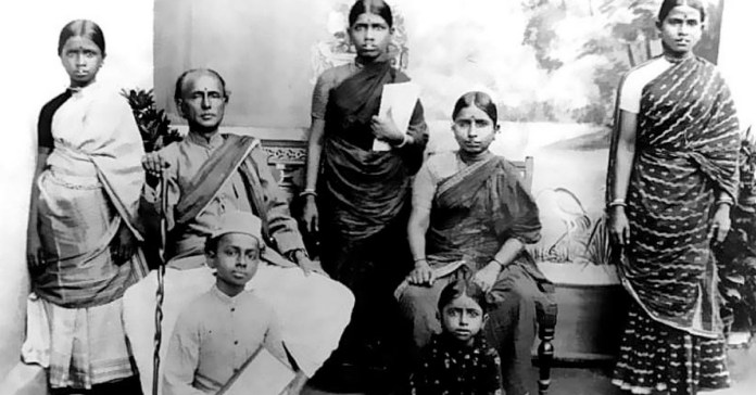 Narayanaswami Iyer and Chandramma along with their children. Muthulakshmi is seen holding a file in the picture