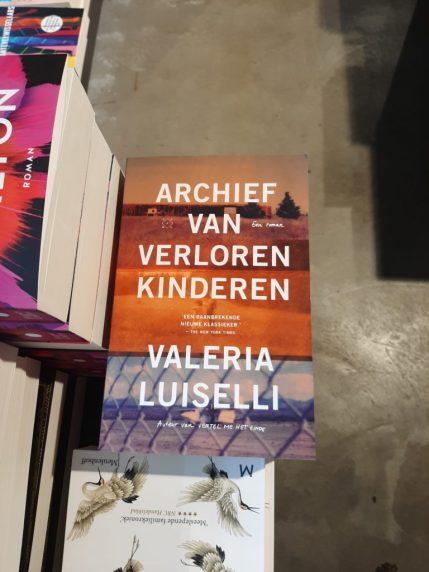 Foto van het boek 'Archief van Verloren Kinderen' van Valerie Luiselli.
