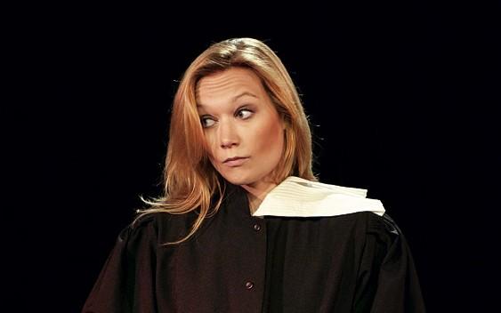 Caroline Vigneaux a bien quitté la robe sur la scène de l'Olympia!