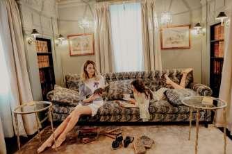 La tenue de Charlotte Tunique-chemise « Studio Parisien», short en broderie anglaise Samsoe & Samsoe Boutique Le 4 La tenue de Marie Robe longue fluide en viscose imprimée «Studio Parisien» Boutique Le 4