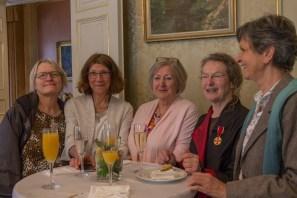 Vorstandsmitglieder begleiten die Geehrte: Zita Kimmelmann, Christiane Steigerwald, Dr. Helga Brähler und Dorothea Hähnel