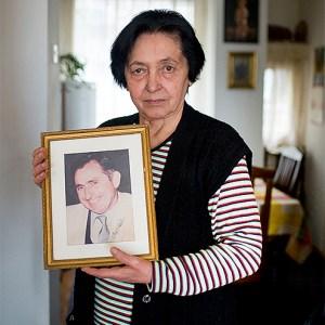 Sa fotografijom otetog i ubijenog supruga: Koviljka Buzov Foto Marko Rupena