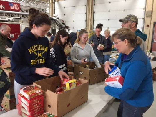 food_give_away_2016_fenton_firefighter7
