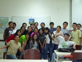 Meine Lehrerin Frau Ratna sitzen in der Mitte