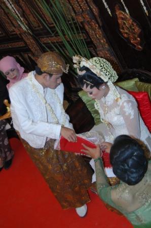 Merupakan simbol tanggung jawab pengantin pria untuk menafkahi keluarganya.