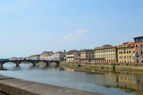 Vedere către Ponte Santa Trinita de pe Corridoio Vasariano