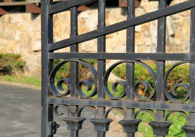 portail en fer forgé usé par la rouille