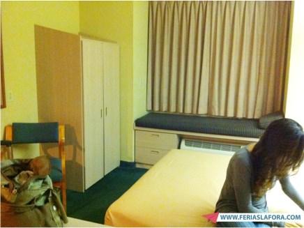 Suíte junior com uma cama de casal. Tem bastante espaço para guardar roupas.