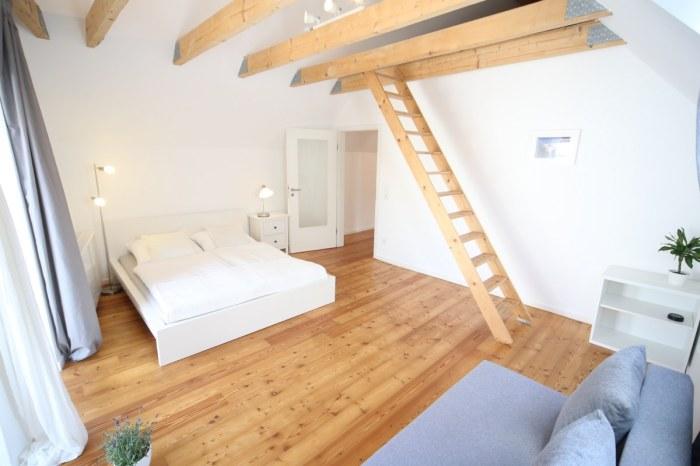 Herrliches Schlafzimmer mit Doppelbett und Schlafsofa.