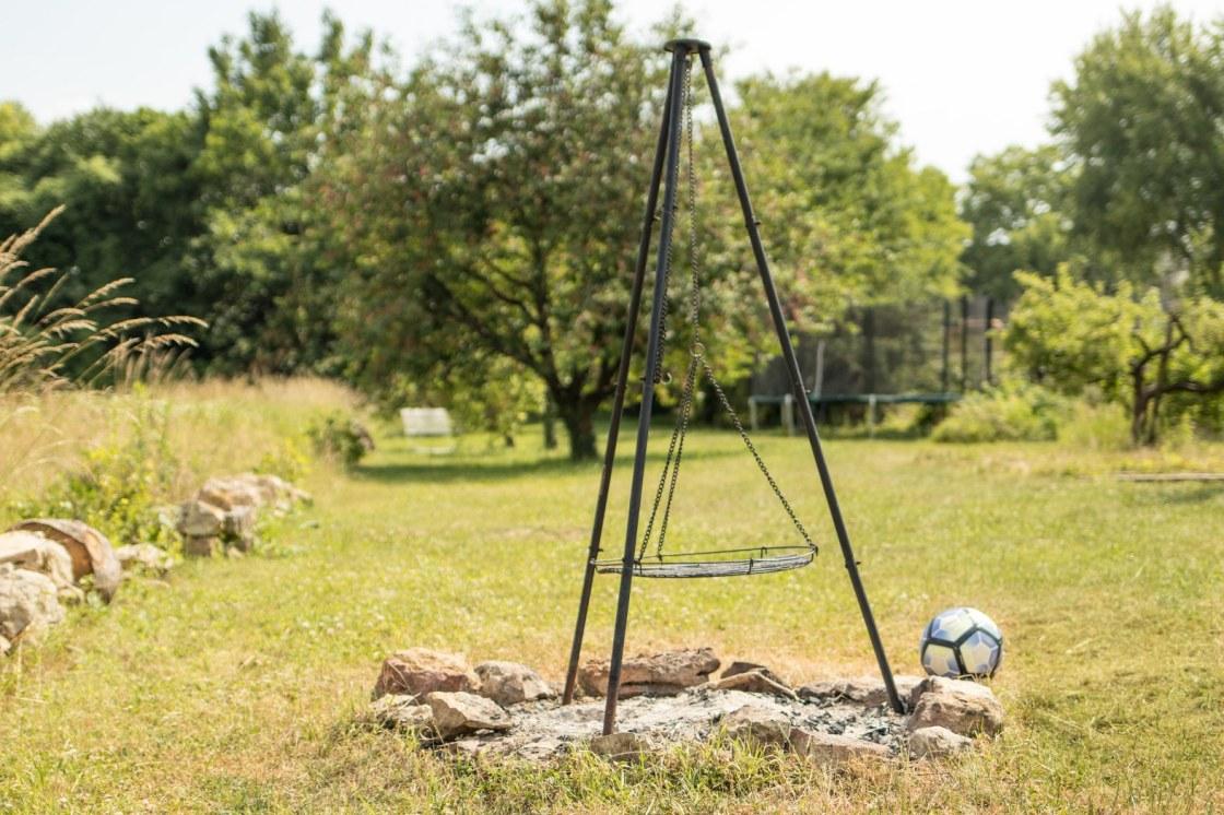 Feuerstelle mit Schwenkgrill im Garten