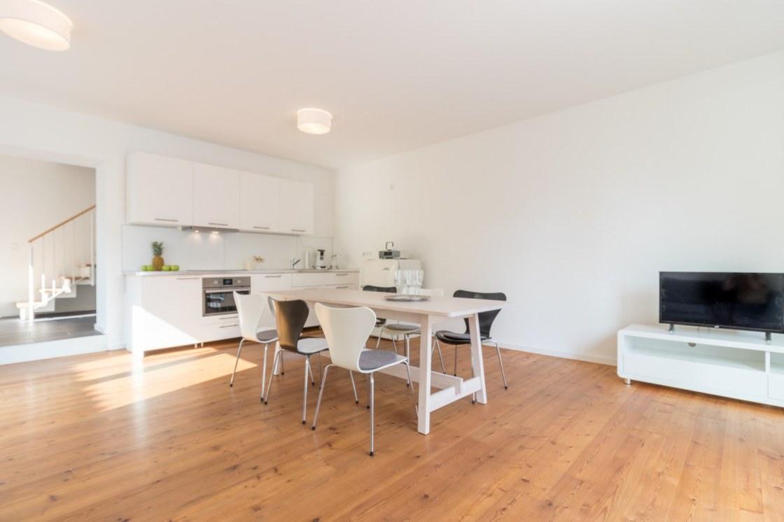 Wohn-Esszimmer mit integrierter Wohnküche im Brunnenhaus