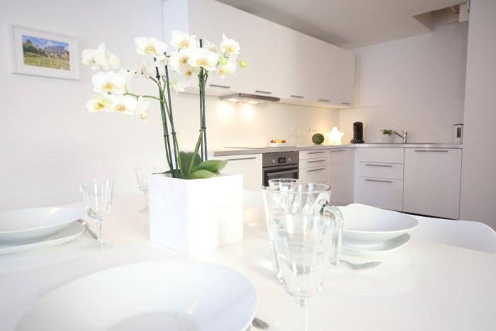 Essbereich mit offener Wohnküche im Hofhaus