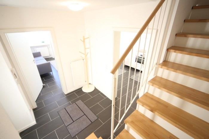 Eingangsbereich innen und Treppenaufgang.