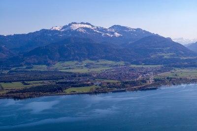 Blick über den Chiemsee auf Bernau und die Kampenwand