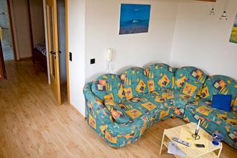 Wohnzimmer und Durchgang  zum Schlafbereich