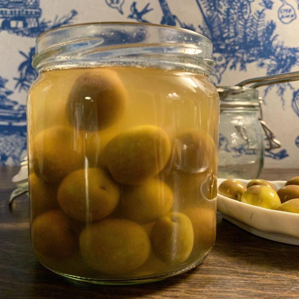 Grüne fermentierte Oliven