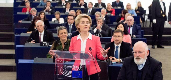 ursula-von-der-leyen-nueva-presidenta-de-la-comision-europea-junto-a-su-equipo-foto-atvonderleyen