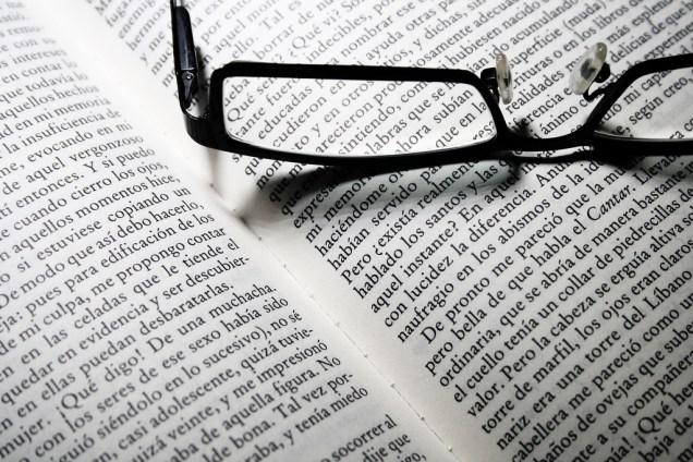 Gafas sobre el libro