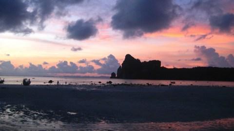 Sonnenuntergang am Loh Dalam Beach auf Ko Phi Phi, Thailand