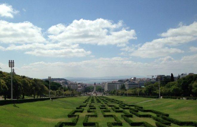 Portugal: Ausblick vom Parque Eduardo über Lissabon bis hin zum Tejo