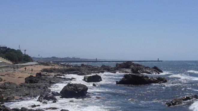Die Atlantikküste - wilder Stadtstrand von Porto