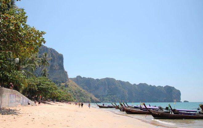 Der Blick am Strand von Ao Nang in Krabi gehört zu den schönsten in Thailand