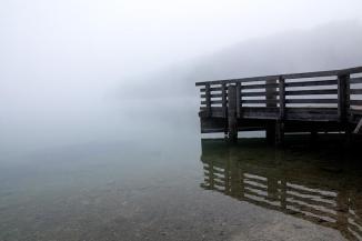 Der Bohinjer See im Nebeldunst