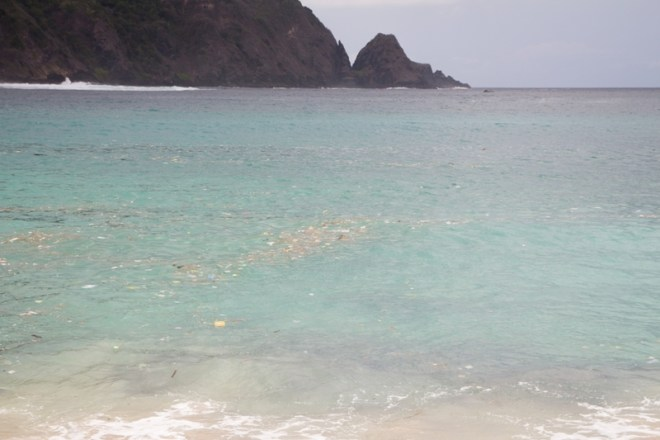 Plastik im Wasser am Mawun Beach bei Kuta auf Lombok