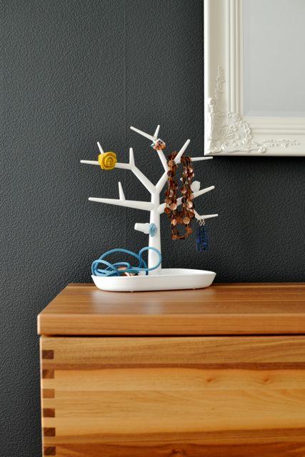 life on fernlane die schwarz gestrichene wand im schlafzimmer und die gl cklichen gewinner. Black Bedroom Furniture Sets. Home Design Ideas