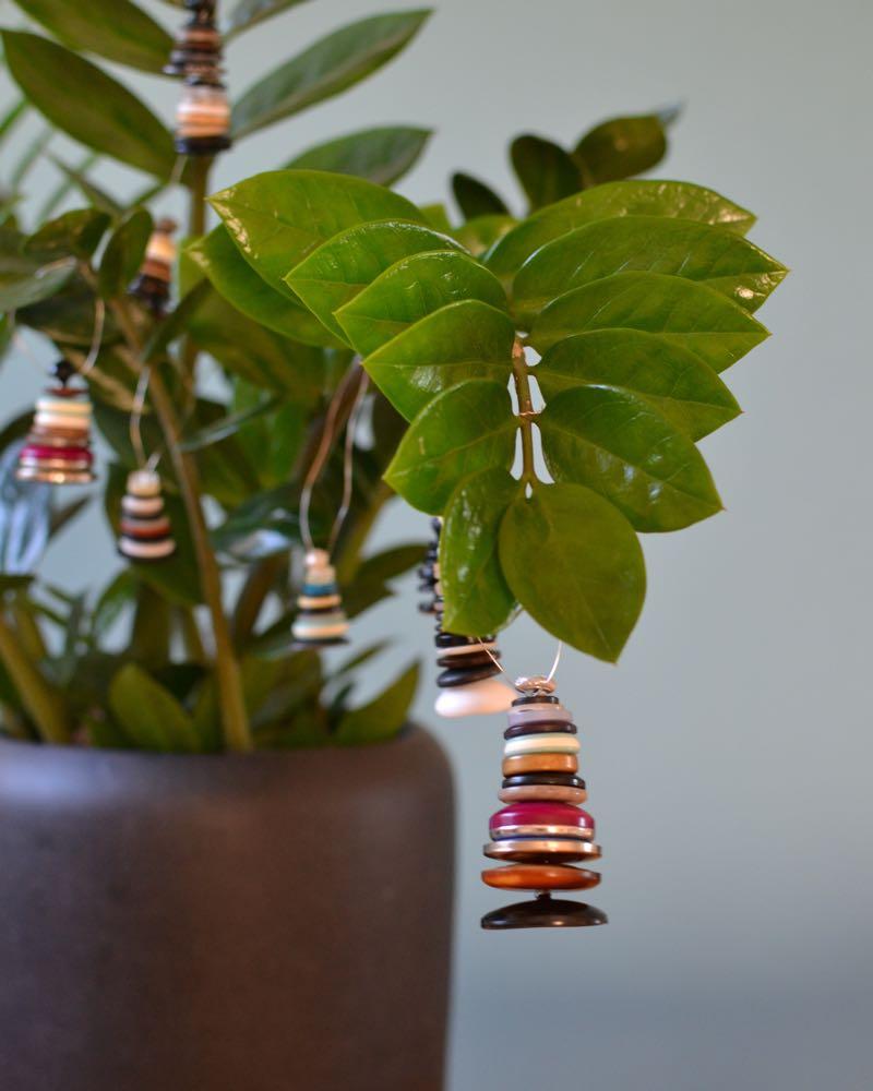 DIY Weihnachtsbaum-Anhänger aus Knöpfen
